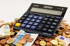 kalkulačka na hromadě peněz
