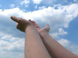 natažené ruce pro dar