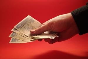 nabídka peněz z ruky do ruky