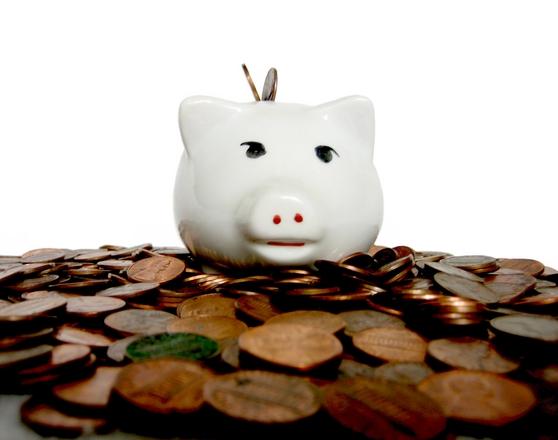 uspořená hromada peněz a prasátko