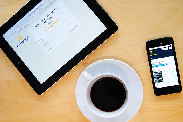 pracovní stůl - káva, tablet