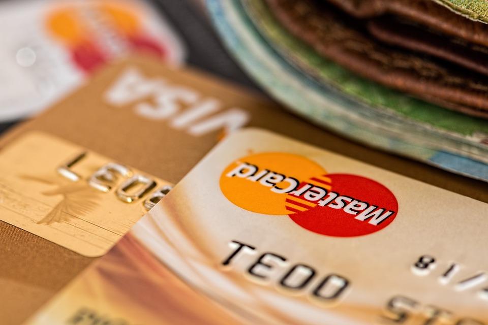 Debetní karty dnes vydávají dvě hlavní společnosti