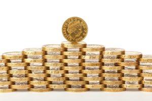 Bankovní poplatky nás měsíčně připraví o nemalé peníze