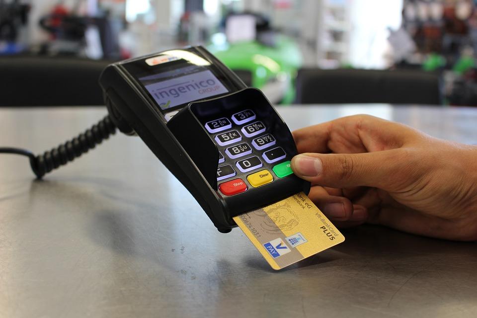 Platební karty umožní i pohodlné zaplacení v obchodech