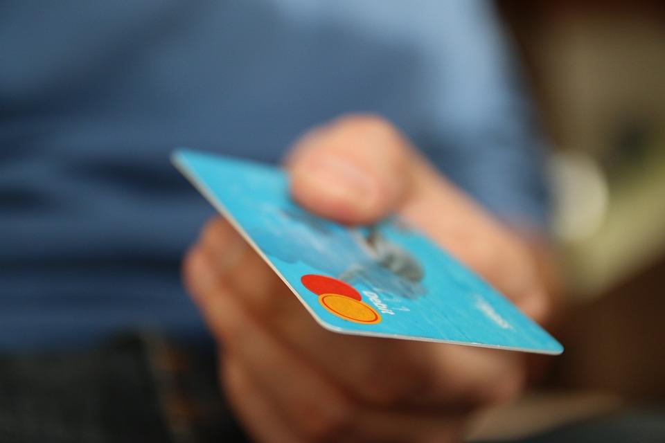 Některé kreditní karty mají poplatky skutečně vysoké
